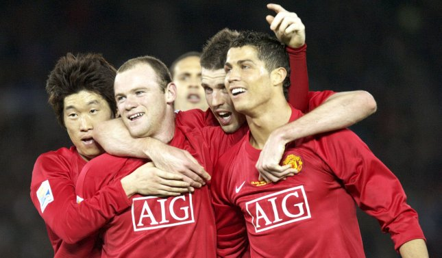 Wayne Rooney (C) of England's Manchester United celebrates with teammates after scoring in the second half of the FIFA Club World Cup final against Ecuadorian Liga de Quito at the International stadium in Yokohama, Japan on December 21, 2008. Manchester United beats Liga de Quito 1-0. (UPI Photo/Keizo Mori)
