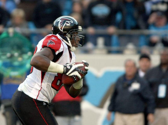 Atlanta Falcons tight end Alge Crumpler runs for the endzone on a game-winning touchdown catch as the Falcons defeat the Carolina Panthers 20-13 at Bank of America Stadium in Charlotte, North Carolina on November 11, 2007. (UPI Photo/Nell Redmond)