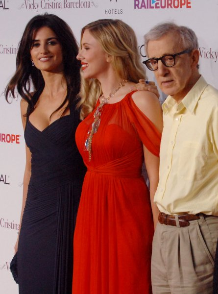Spanish actress Penelope Cruz (L) and Scarlett Johansson, cast members in director Woody Allen's new romantic comedy motion picture Vicky Cristina Barcelona, gather on the red carpet with Allen during the premiere of the film in Los Angeles on August 4, 2008. (UPI Photo/Jim Ruymen)