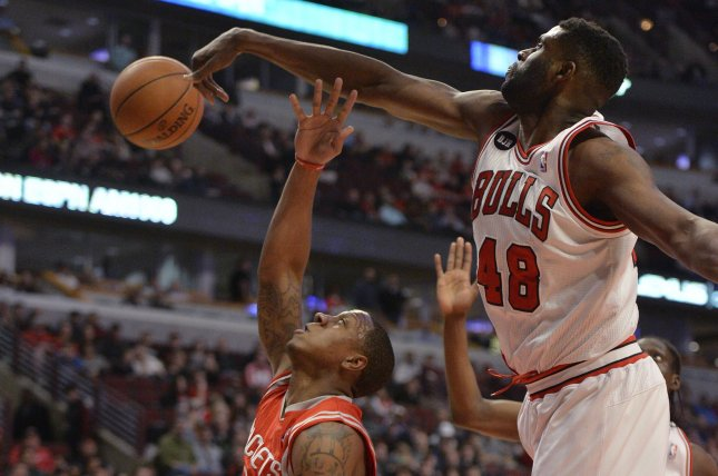 Chicago Bulls center Nazr Mohammed (R) blocks the shot of Houston Rockets guard Isaiah Canaan. UPI/Brian Kersey