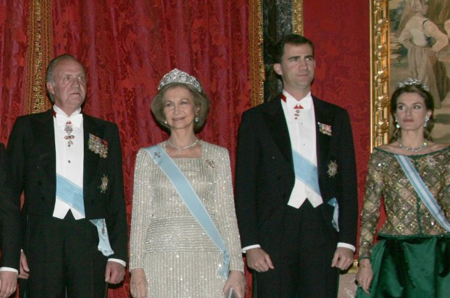 From left to right: King Juan Carlos, Queen Sofia, Prince Felipe and his wife Letizia pose for a photo before their private dinner at Royal Palace in Madrid, February 8, 2006. (UPI Photo/Anatoli Zhdanov).