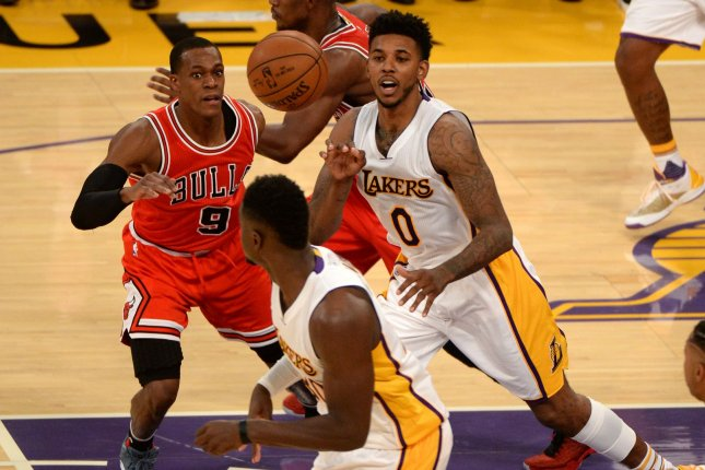 Los Angeles Lakers guard Nick Young (0) passes the ball to teammate Julius Randle as Chicago Bulls guard Rajon Rondo(9) at Staples Center in Los Angeles, November 20, 2016. Photo by Jon SooHoo/UPI