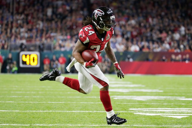 Freeman Runs For 126 Yards As Falcons Stay In Race