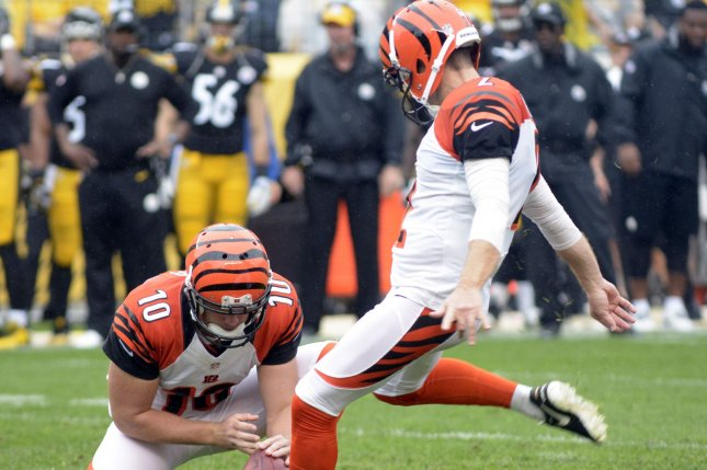 Dallas Cowboys sign kicker Mike Nugent, release defensive end Damontre Moore