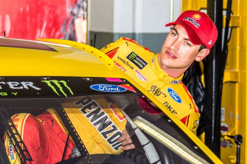 Newman skips late pit stop, stuns NASCAR field in Phoenix