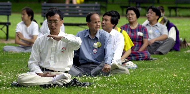 WAP2001072058 - 20 JULY 2001 - WASHINGTON, DC, USA: Practitioners of Falun Gong meditate in protest against China's alleged abuse against other Falun Gong practitioners during a demonstration near the White House in Washington, July 20, 2001. rlw/Roger L. Wollenberg UPI