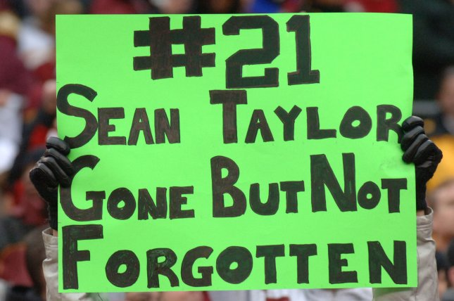 Washington Redskins fans hold up No. 21 signs during pre-game ceremonies on December 2, 2007 honoring the life of Redskins Sean Taylor (FileUPI Photo/Pat Benic)