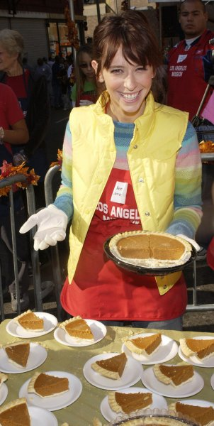 Actresse Jennifer Love Hewitt distributes pumpkin pie slices while working as a volunteers to help feed thousands of homeless homeless men, women and children at the annual Los Angeles Mission Thanksgiving meal in the Skid Row section of Los Angeles, California November 24, 2004. (UPI Photo/Jim Ruymen)