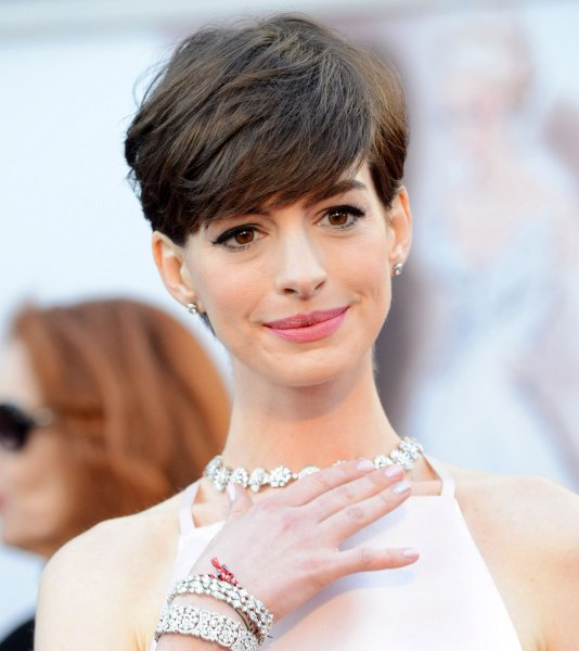 Oscars 2013: Anne Hathaway's Nipples Trend On Twitter