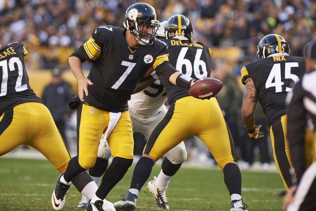 Pittsburgh Steelers quarterback Ben Roethlisberger (7) hands-off to Pittsburgh Steelers fullback Roosevelt Nix (45). File photo by Shelley Lipton/UPI