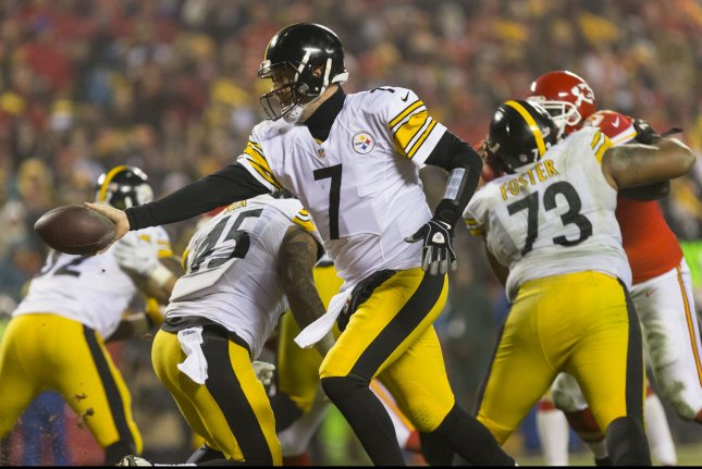 Pittsburgh Steelers quarterback Ben Roethlisberger hands off to running back Le'Veon Bell in the third quarter during the NFL Playoff at Arrowhead Stadium in Kansas City on January 15, 2017. Photo by Kyle Rivas/UPI