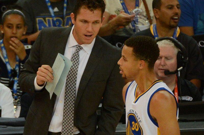 Golden State Warriors Stephen Curry (30) talks with interim coach Luke Walton. Photo by Terry Schmitt/UPI