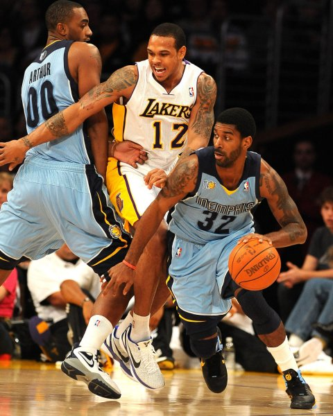 Memphis Grizzlies O.J. Mayo (R) drives by Los Angeles Lakers Shannon Brown off screen by teammate Darrell Arthur in Los Angeles, Jan. 2, 2011. UPI/Jon SooHoo