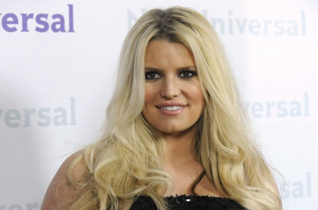Jessica Simpson shares three-way kiss with friends in Instagram pic
