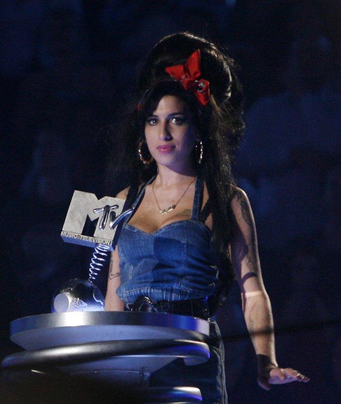 Winehouse nabs five Grammy Awards
