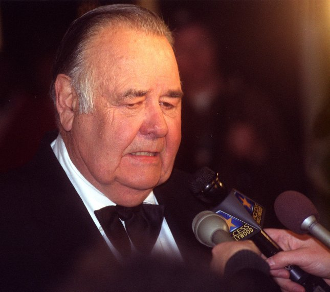 WAP99102008 - 20 OCTOBER 1999 - WASHINGTON, D.C., USA: Comedian Jonathan Winters talks to the press upon arriving at the Kennedy Center in Washington, October 20. Winters was honored at the Kennedy Center Celebration of American Humor with the Kennedy Center's Mark Twain Prize. rg/Rachel Griffith UPI