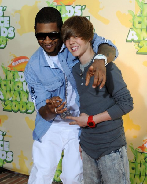 Musicians Usher (L) and Justin Bieber arrive at the 22nd Annual Kids' Choice Awards on March 28, 2009 in Los Angeles. (UPI Photo/Jim Ruymen)