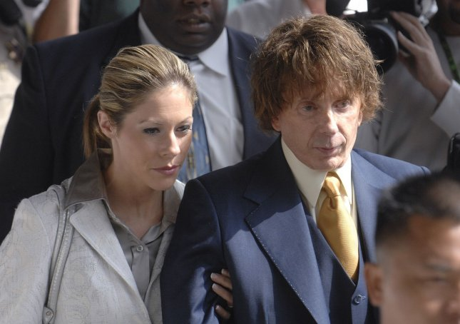 Phil Spector (R) leaves with wife Rachelle Spector and unidentified bodyguards following a court appearance in Los Angeles, California on September 19, 2007. The jury reported to the judge on Tuesday that they had reached a 7-5 impasse. (UPI Photo/ Phil McCarten)