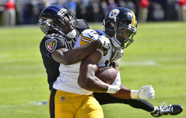 Former Baltimore Ravens safety Lardarius Webb (21) attempts to tackle Pittsburgh Steelers receiver JuJu Smith-Schuster during their game last October. Photo by David Tulis/UPI