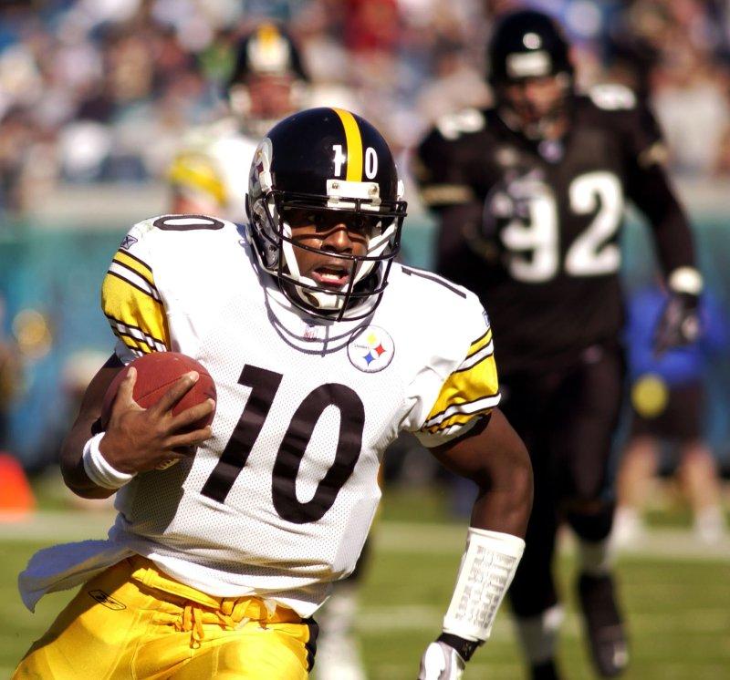 JAX2002120103 - JACKSONVILLE, Fla., Dec. 01 (UPI) -- Pittsburgh Steeler quarterback Kordell Stewart (10) scrambles for a 28-yard touchdown run in the second quarter of the Steelers' 25-23 defeat of the Jacksonville Jaguars on Dec. 1, 2002 in Jacksonville . jg/rj/Reggie Jarrett UPI