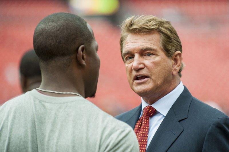 Former Washington Redskins quarterback Joe Theismann chats with players. UPI/Pete Marovich