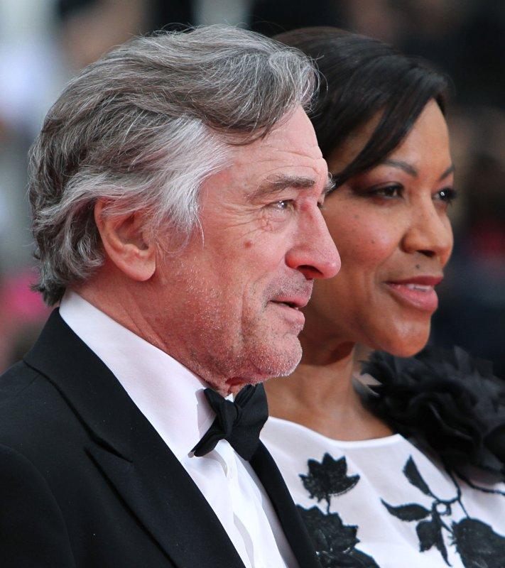 De Niro apologizes for...
