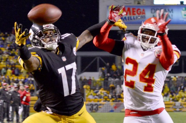 Former Pittsburgh Steelers WR Mike Wallace makes a one handed catch for a touchdown with former Kansas City Chiefs CB Brandon Flowers in coverage. Flowers will retire from the NFL on Tuesday. File Photo by Archie Carpenter/UPI