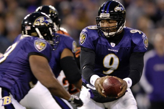 Baltimore Ravens quarterback Steve McNair (9) hands off to running back Willis McGahee (23) in the third quarter against the Cincinnati Bengals on November 11, 2007 at M&T Bank Stadium in Baltimore, Maryland. The Bengals defeated the Ravens 21-7. (UPI Photo/ Mark Goldman)