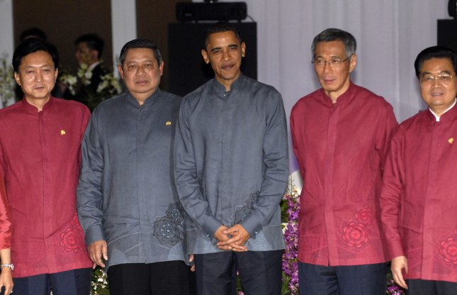 (L-R) Japanese Prime Minister Yukio Hatoyama, Indonesian President Susilo Bambang Yudhoyono, U.S. President Barack Obama, Singapore Lee Hsien Loong and Chinese President Hu Jintao pose for a group photo after an official dinner for the Asia-Pacific Economic Cooperation (APEC) Leaders Summit in Singapore on November 14, 2009. UPI/Alex Volgin