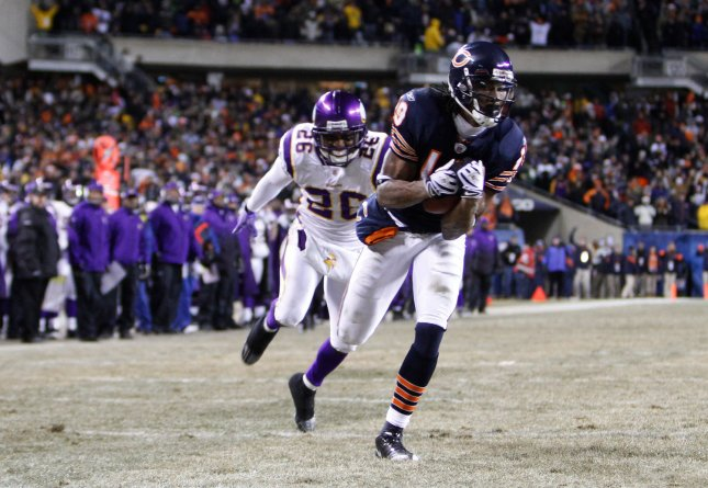 Minnesota Vikings cornerback Antoine Winfield pursues Chicago Bears wide receiver Devin Aromashodu in a Dec. 28, 2009 game. UPI/Brian Kersey