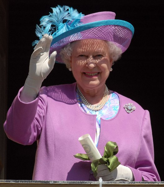 Britain's Queen Elizabeth II waves to guests gathered in the courtyard of the Wren building at the College of William and Mary in Williamsburg, Virginia on May 4, 2007. (UPI Photo/Roger L. Wollenberg)