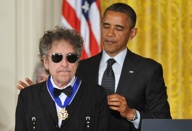 U.S. President Barack Obama awards the Presidential Medal of Freedom to singer/songwriter Bob Dylan at the White House in Washington, May 29, 2012. UPI/Kevin Dietsch