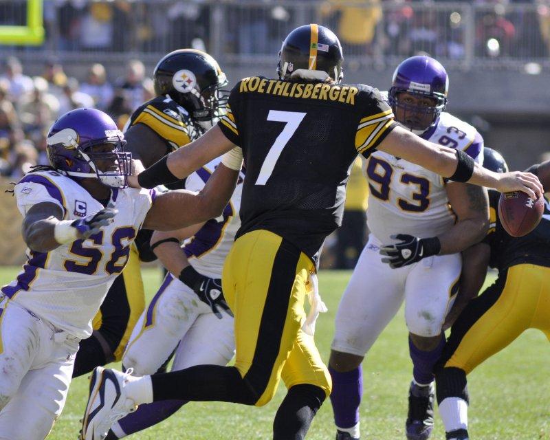 E.J. Henderson of the Minnesota Vikings (56) chases Pittsburgh quarterback Ben Roethlisberger (7) in an Oct. 25, 2009, game. UPI/Archie Carpenter