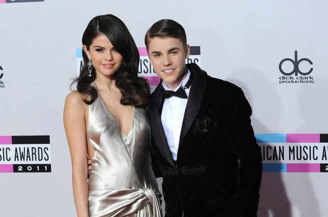 (L-R) Singers Selena Gomez and Justin Bieber arrive at the 39th American Music Awards at Nokia Theatre in Los Angeles on November 20, 2011. UPI/Jim Ruymen