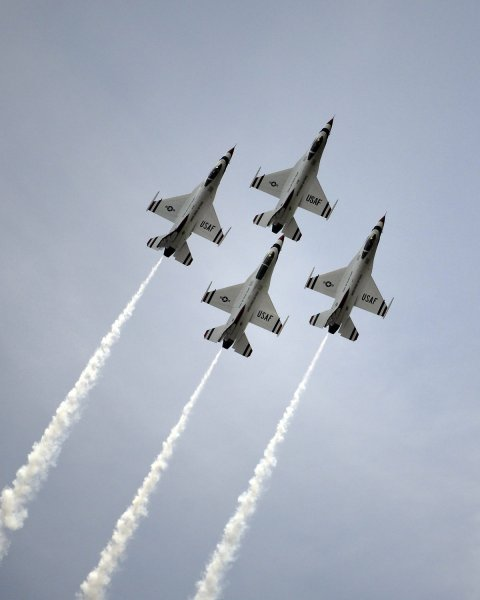 The USAF Thunderbirds perform at the Homestead Air Force Base in Homestead, Florida on Nov. 8 2009. The Air Force held its first air show in seventeen years hosting over one hundred thousand spectators throughout the weekend event. UPI/Joe Marino-Bill Cantrell