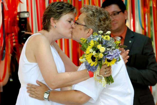 Brenda Shufelt (L) and Lynda Akerman kiss as they are legally married. (UPI /Monika Graff)