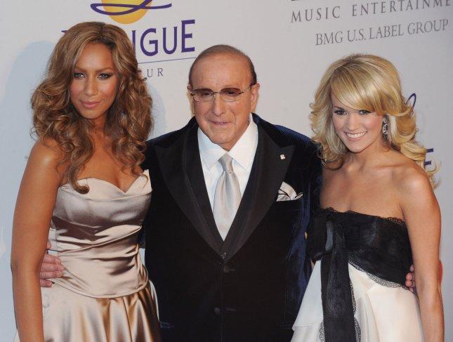 Singers Leona Lewis (L) and Carrie Underwood (R) pose with Clive Davis as they attend the Clive Davis pre-Grammy party in Beverly Hills, California on February 9, 2008. (UPI Photo/Jim Ruymen)
