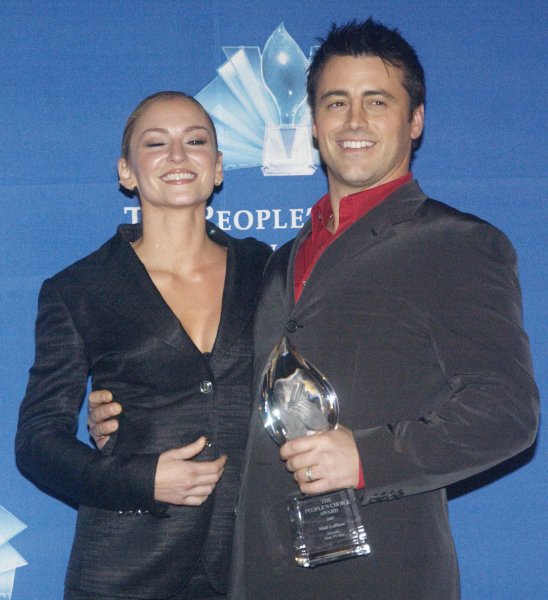 Matt Le Blanc (R) holds the award for favorite new television comedy series for Joey, with co-star Drea de Matteo backstage at the 31st Annual People's Choice Awards in Pasadena, California January 9, 2005...(UPI Photo/Raphael Lanus)