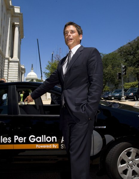 Actor Rob Lowe discusses the benefits of plug-in hybrid vehicles at an event on Capitol Hill in Washington on July 12, 2007. (UPI Photo/David Brody)