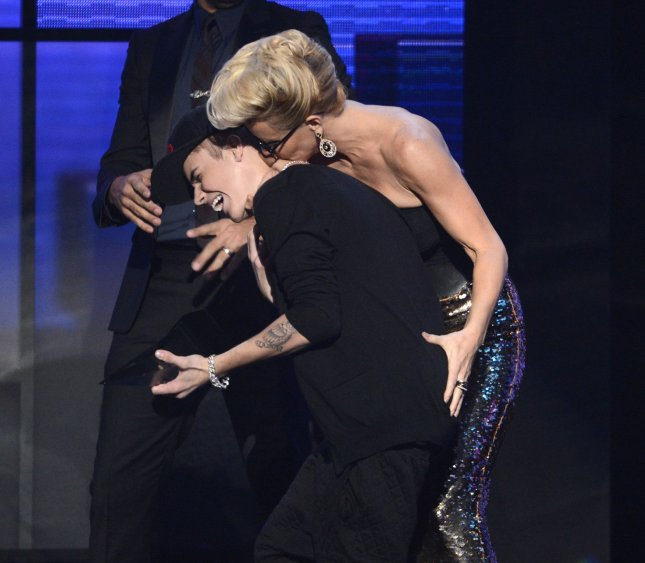 Justin Bieber accepts the award for Favorite Pop/Rock Male Artist from Jenny McCarthy at the 40th anniversary American Music Awards held at the Nokia Theatre in Los Angeles on November 18, 2012. UPI/Phil McCarten