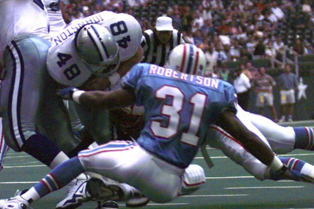 Former Dallas Cowboys fullback Daryl Johnston (48) carries the ball for a one-yard gain before the end of the first quarter on August 22, 1997 in Dallas. File photo by Morris Abernathy/UPI