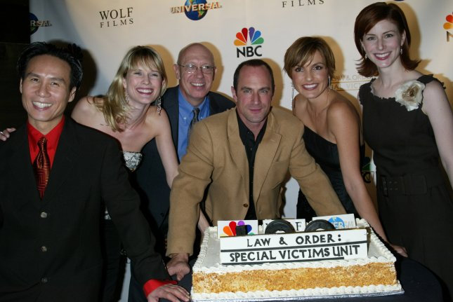 (Left to right): B.D. Wong, Stephanie March, Dann Florek, Chris Meloni, Mariska Hargitay and Diane Neal pose with their cake honoring the 100th episode of their showLaw & Order: Special Victims Unit (SVU) at Tao in New York on October 22, 2003. (UPI/LAURA CAVANAUGH)