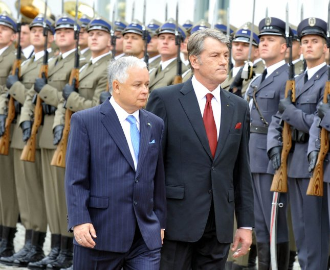 Poland's President Lech Kaczynski (L) walks with Ukrainian President Viktor Yushchenko during a welcoming ceremony in at the Presidential Palace in Warsaw on September 7, 2009. Yushchenko was in Poland for a two-day official visit. UPI/Mykola Lazarenko/Presidential Press Service