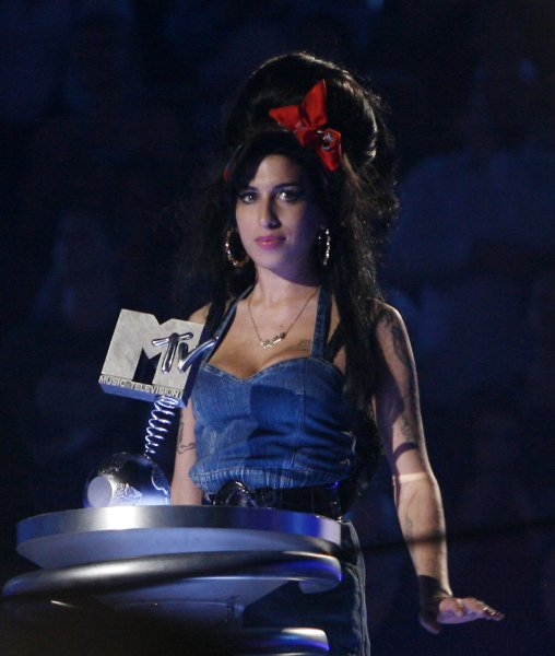 Singer Amy Winehouse accepts the Artists Choice award during the MTV Europe Music Awards in Munich, Germany on November 1, 2007. (UPI Photo/David Silpa)