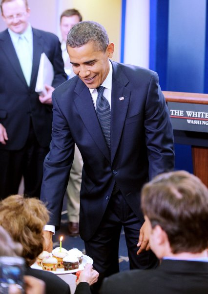 U.S. President Barack Obama surprises White House correspondent Helen Thomas with birthday cupcakes in the Brady Press Briefing Room of the White House in Washington on Aug. 4, 2009. Obama and Thomas share Aug. 4 as their birthday. (UPI Photo/Olivier Douliery/POOL)