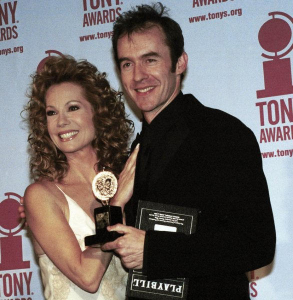 NYP2000060516- 05 JUNE 2000- NEW YORK, NEW YORK, USA: Actor Stephen Dillane poses June 4 with his Tony Award for Best Actor in a Play The Real Thing with presenter Kathie Lee Gifford at the Tony Awards 2000 ceremonies. ep/Ezio Petersen UPI