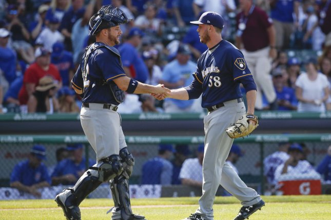 Brewers' Stephen Vogt leaves with neck, knee strains, will have MRI