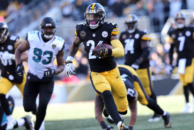 Pittsburgh Steelers running back Le'Veon Bell runs for a first down against the Jacksonville Jaguars in the second quarter of the AFC Divisional round playoff game on January 14 at Heinz Field in Pittsburgh. Photo by Aaron Josefczyk/UPI