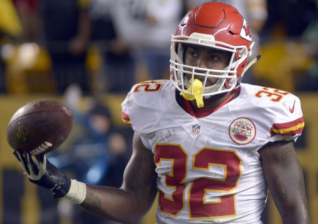Chiefs RB Spencer Ware carted off field with right knee injury