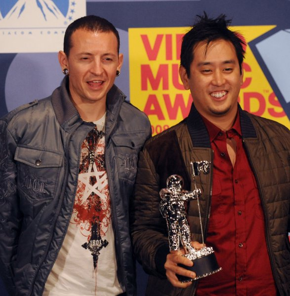 Chester Bennington (L) and Joe Hahn of Linkin Park accept the award for Best Rock Video for Shadow of the Day at the 2008 MTV Video Music Awards in Los Angeles on September 7, 2008. (UPI Photo/Jim Ruymen)